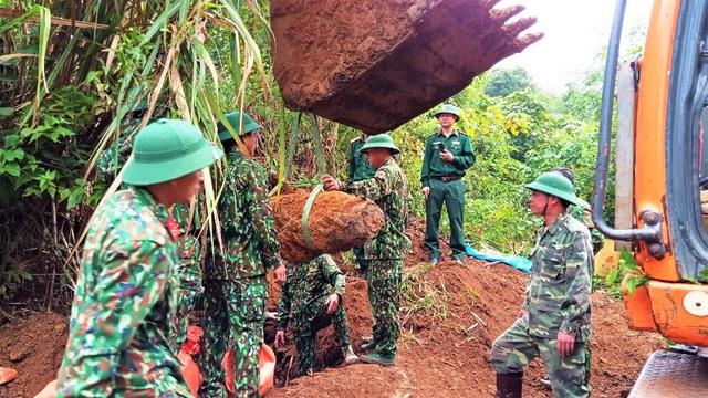 Cải tạo vườn phát hiện bom nặng hơn 300kg nằm sâu 2m - 2