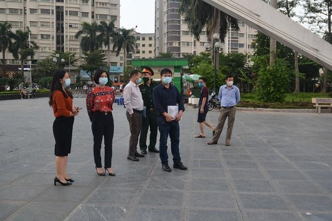TS Trần Thị Nhị Hà, Phó Giám đốc Sở Y tế Hà Nội cùng đoàn kiểm tra tại công viên Hoà Bình (Bắc Từ Liêm, Hà Nội)