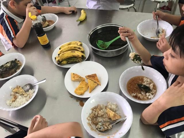 Phụ huynh yêu cầu gắn camera, chụp hình lại từng bữa ăn, trường từ chối - 2