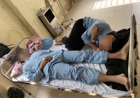2 em học sinh lớp 11 còn lại cũng đang được điều trị tại bệnh viện. Ảnh: NV