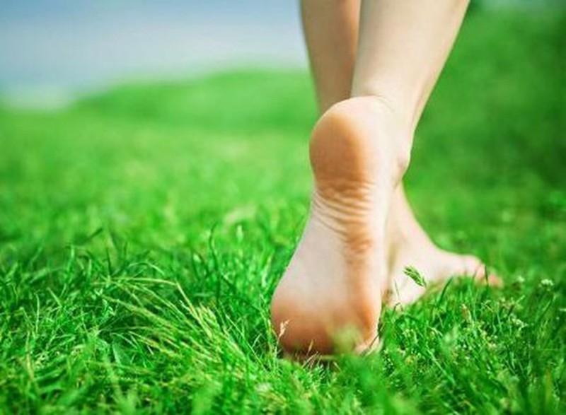 13 lợi ích sức khỏe khi bạn đi chân đất nhiều hơn