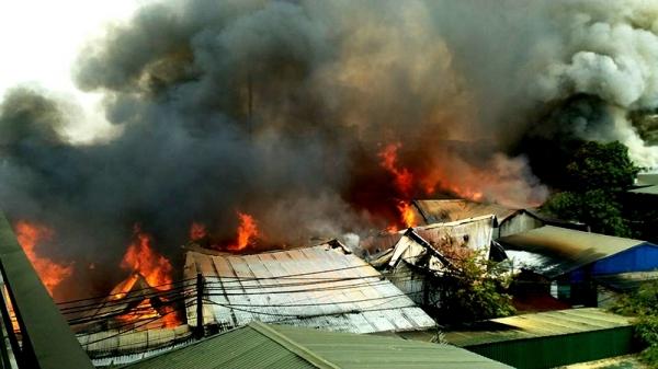 Nhiều xưởng gỗ bốc cháy dữ dội ở xã Hữu Bằng, huyện Thạch Thất