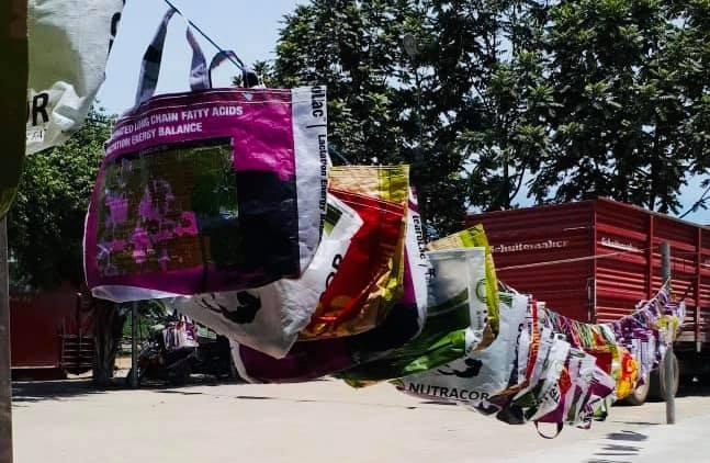Những chiếc làn đi chợ xinh xắn từ thứ vứt đi và cam kết tử tế với môi trường