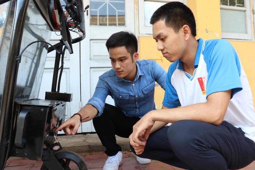 Xe rác tự đẩy hỗ trợ lái định vị bằng la bàn của sinh viên Bách khoa