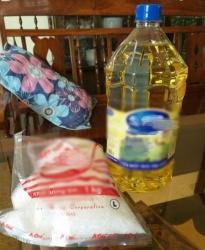 Nỗi niềm giáo viên nhận thưởng Tết bằng dầu ăn, nước mắm