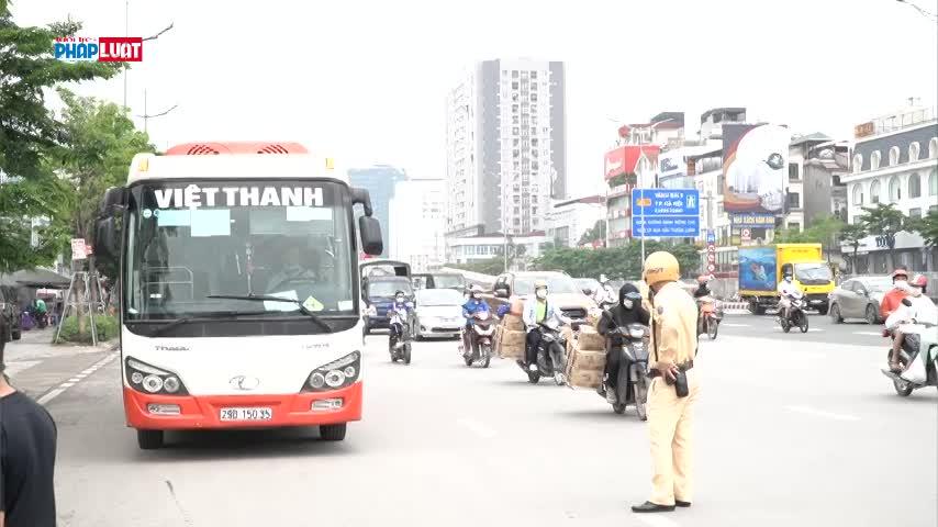"""Xử phạt hàng loạt xe khách """"vô tư"""" đón trả khách tại cầu Thăng Long"""